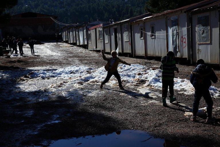 أطفال يلعبون بالثلج في مخيم اللاجئين في مالاكاسا، على بعد نحو 40 كيلو مترا من شمال أثينا. المصدر: إي بي إيه / أورستيس بانايوتو.