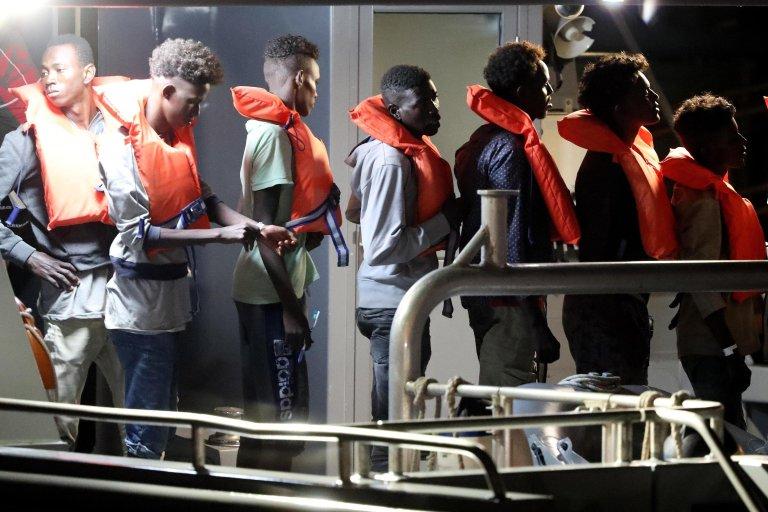 """ANSA / مهاجرون يهبطون من السفينة """"بي 21"""" التابعة للقوات المسلحة المالطية في قاعدة بحرية في فلوريانا بمالطا في 7 تموز/ يوليو الماضي. المصدر: إي بي إيه/ دومينيك أكويلينا."""