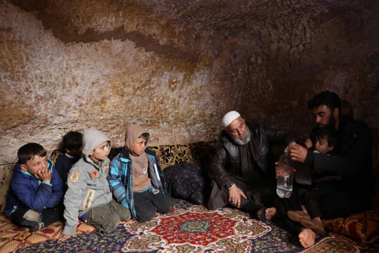 ANSA / نازحون سوريون يجلسون في ملجأ تحت الأرض بقرية تالوتونا على بعد 17 كيلو مترا شمال غرب مدينة إدلب. المصدر: إي بي إيه / يحيى نعمة.