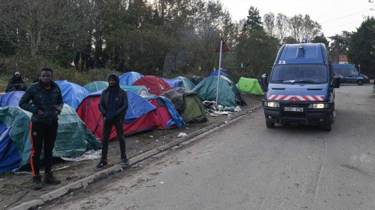 شرطي فرنسي يفكك معسكرًا مؤقتًا للمهاجرين في كاليه ، أكتوبر / تشرين الأول 2019. المصدر: مهدي شبيل/مهاجر نيوز