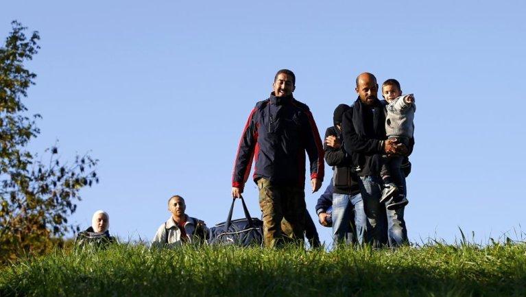 Une famille de migrants arrivent en territoire autrichien, après avoir traversé le frontière avec la Slovénie, ce mardi 20 octobre 2015. Crédit : Reuters