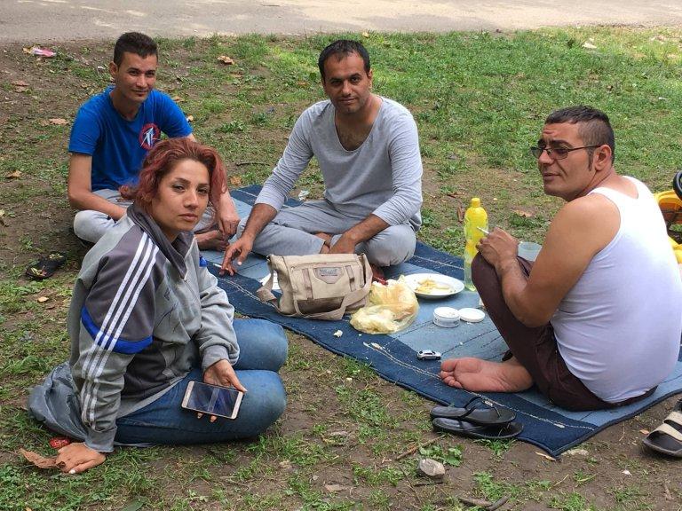 عکس از مهاجر نیوز  شماری از مهاجران ایرانی در شهر بیهاج بوسنیا
