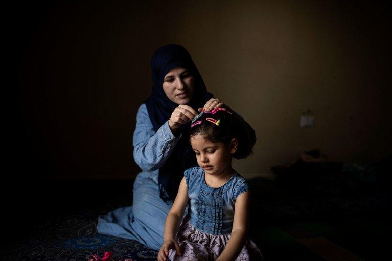 Cette femme et sa fille de trois ans sont des réfugiées syriennes au Liban, en attente de leur réinstallation en Norvège. Crédit : HCR