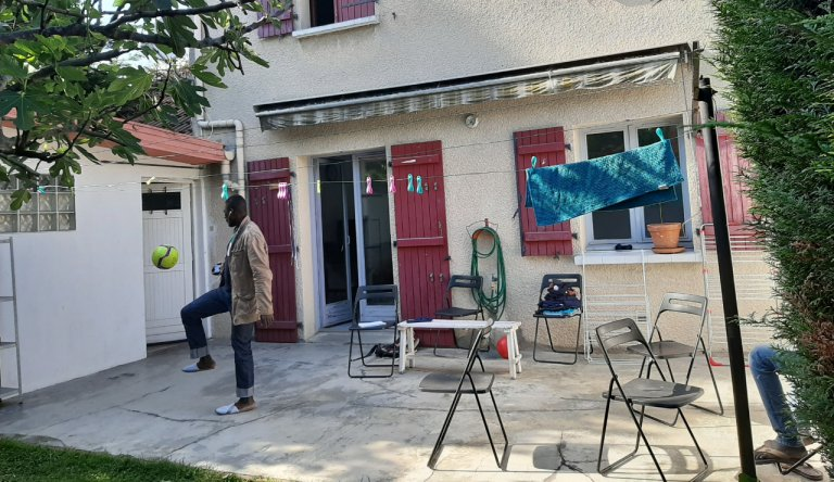 Dans une maison d'Epinay-sur-Seine, en Seine-Saint-Denis, un groupe de neuf migrants vivent dans l'espoir que l'Etat reconnaisse leur minorité. Crédit : InfoMigrants