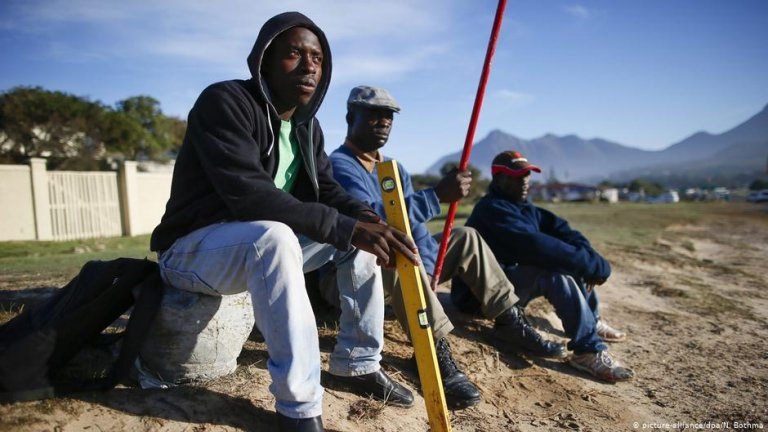 In Africa, most migrants, like these seeking work in South Africa, remain in the region | Photo: Picture-alliance/N. Bothma