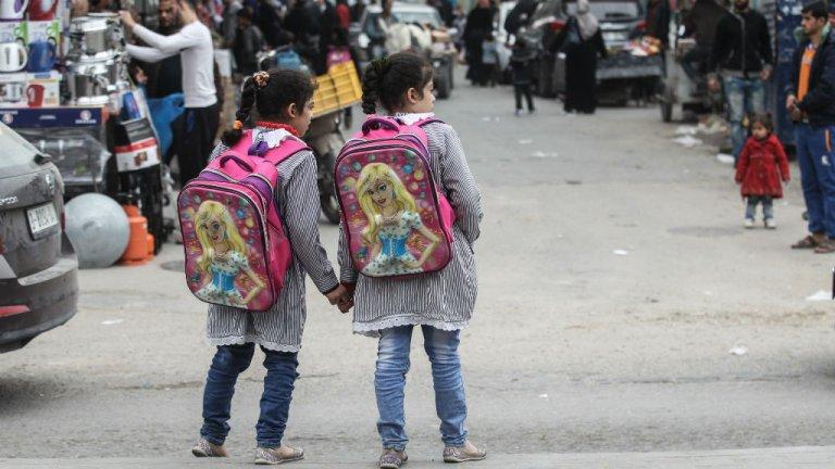 Said Khatib, AFP |Deux écolières palestiniennes dans le camp de réfugiés de Rafah, dans la bande de Gaza, le 6 février 2018.