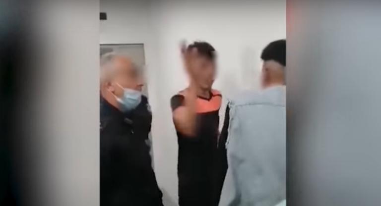 Une vidéo amateur tournée en Sicile montre un lieutenant de police invectiver et frapper deux jeunes migrants.Crédit : Capture d'écran MeridioNews