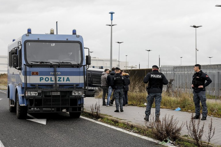 Picture shows police in front of the 'Ponte Galeria' CPR, near Rome. PHOTO/ARCHIVE/NSA/FABIO FRUSTACI