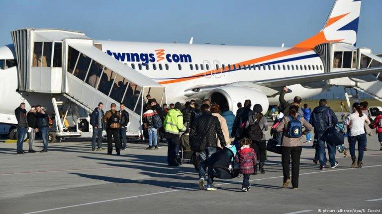 شماری از پناهجویان در حال بازگشت از آلمان