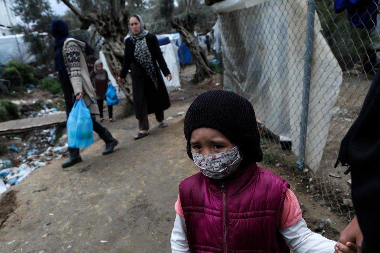 Elias Marcou/Reuters |Une enfant dans le camp de réfugiés et de migrants de Moria, sur l'île grecque de Lesbos, le 2 avril 2020.