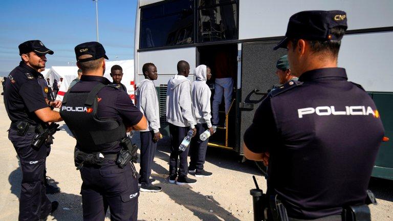 Des policiers encadrent des migrants à leur arrivée à Algésiras, dans le sud de l'Espagne, le 9 août 2018. Crédit : REUTERS/Juan Medina