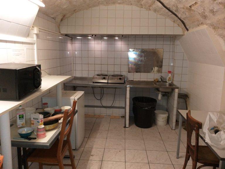 مطبخ الفندق الذي تعيش فيه كريمة وابنتها.