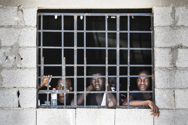 Florian Gaertner/Photothek via Getty Images | Des hommes enfermés dans un centre de détention pour migrants illégaux à Tripoli, juin 2017 (photo d'illustration).