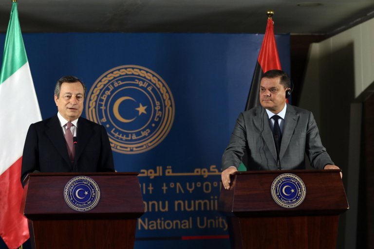 رئيس الوزراء الليبي عبد الحميد الدبيبة (إلى اليمين) ونظيره الإيطالي ماريو دراغي (إلى اليسار) خلال مؤتمر صحفي في طرابلس. المصدر: إي بي إيه.