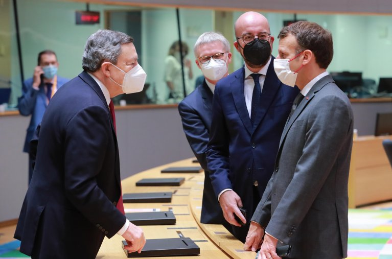 دراغي وماكرون مع رئيس المجلس الأوروبي تشارلز ميشيل خلال اجتماع المجلس في بروكسل. المصدر: أنسا / المكتب الصحفي للاتحاد الأوروبي.