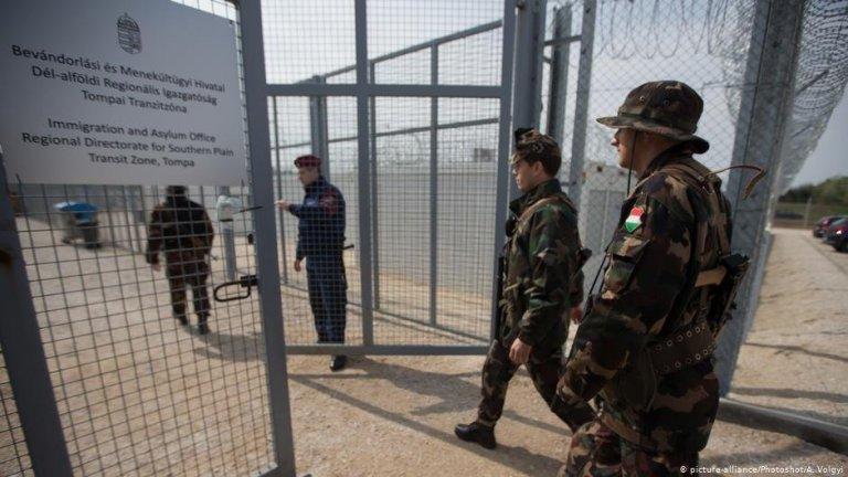 تصویر یکی از مراکز ترانزیت برای مهاجران در مرز هنگری که توسط ارتش حفاظت میشود. عکس از پیکچر الیانس/فوتوشات/ ا.ولگی