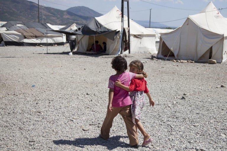 سوريون في مخيم الإصلاحية للاجئين بمدينة هاتاي، والذي أقامته جمعية الهلال الأحمر التركي. المصدر: إي بي إيه/ جودي هيلتون.