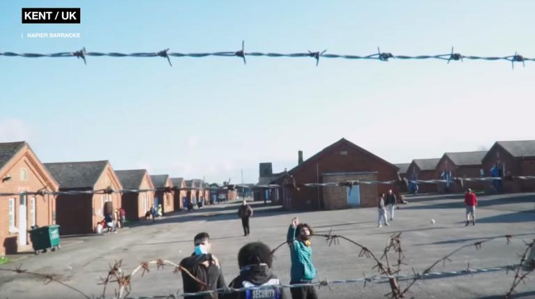 Environ 400 personnes vivent dans le centre de Folkestone. Crédit : Capture d'écran RT