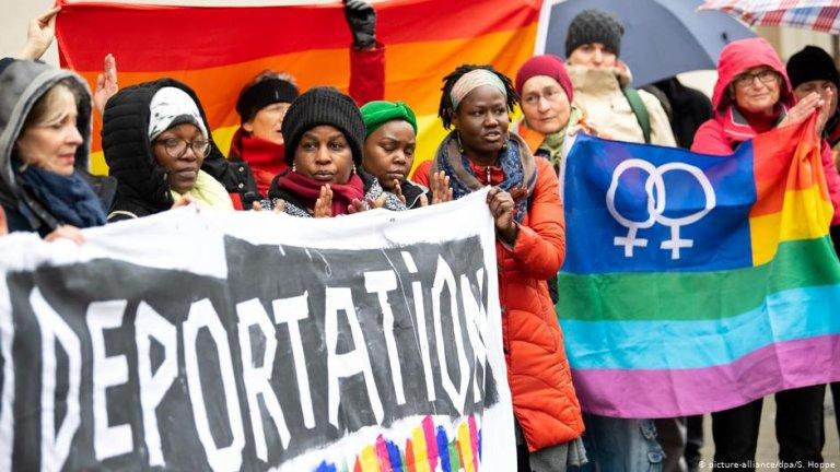 Women demonstrating in Munich on Ugandan lesbian's trial   Photo: Picture-alliance/dpa/S.Hoppe