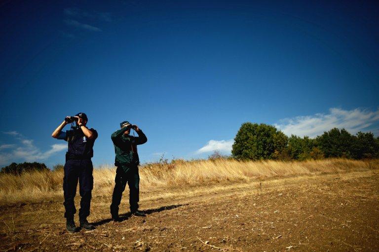 """أرشيف / ضابطان هولندي وبلغاري من """"فرونتكس""""، ضمن المجموعة التي ستقوم بمراقبة الحدود الألبانية. المصدر: إي بي إيه / فاسيل دونيف."""