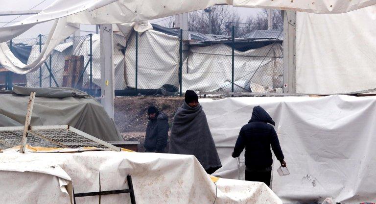 مهاجرون يسيرون داخل مخيم ليبا خارج مدينة بيهاتش البوسنية. المصدر: إي بي إيه / فهيم دمير.