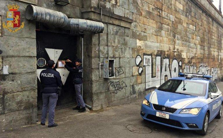 ANSA / ضباط شرطة إيطاليون خلال عملية إخلاء أحد أماكن تواجد المهاجرين غير الشرعيين في روما  المصدر/ أنسا / كلاوديو بيري.
