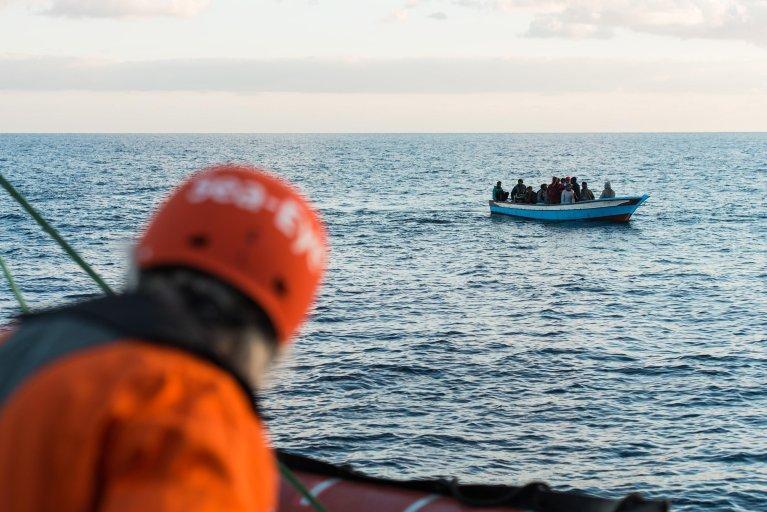 """ANSA / طاقم سفينة الإنقاذ الخاصة """"بروفيسور ألبريخت بينك"""" وهو يراقب مجموعة مهاجرين في المتوسط. المصدر: إي بي أيه/ ألكسندر دراهيم."""