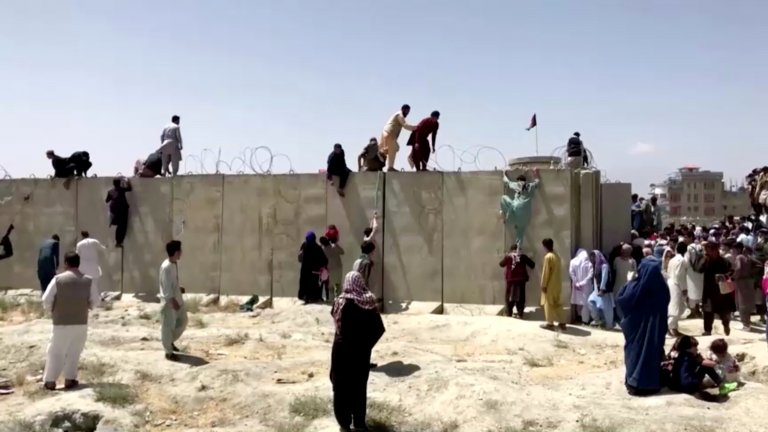 Desperate Afghans attempt to enter the barricaded airport in Kabul, August 17 2021. Photo: Reuters