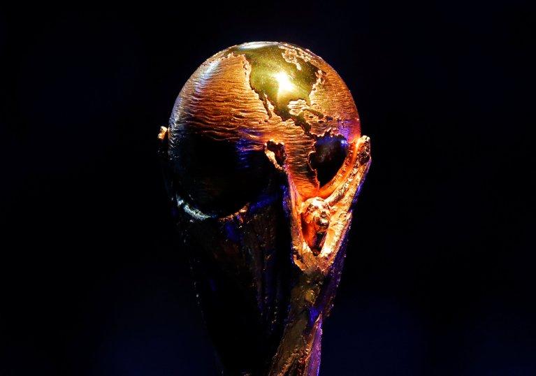 Maxim Shemetov/Reuters |Le trophée de la Coupe du monde que 32 équipes se disputeront en Russie en juin 2018.