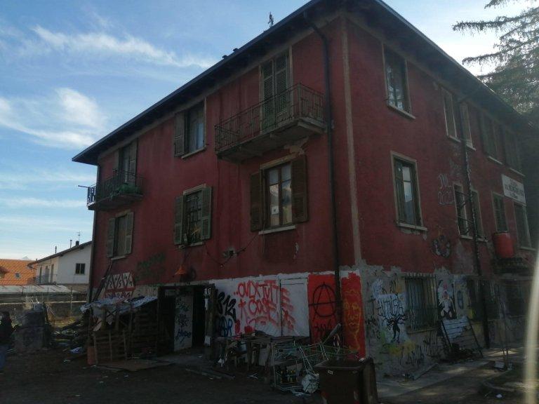 الشرطة الإيطالية تقوم بإخلاء مركز أولكس في 23 آذار/ مارس 2021. المصدر: أنسا.