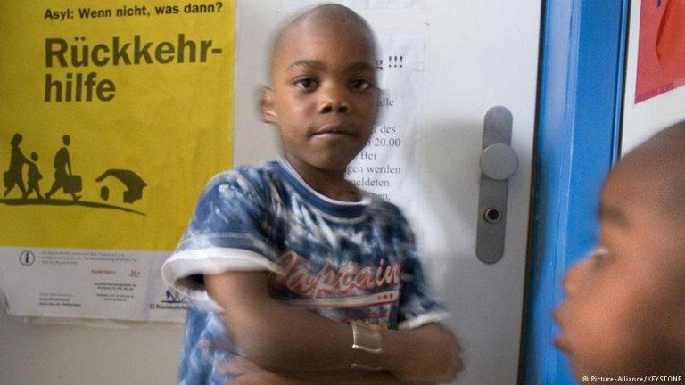 A boy at the Salesheim asylum reception center in Switzerland   Photo: picture-alliance/Keystone