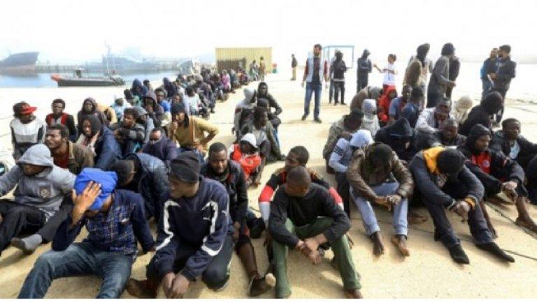 أ ف ب |مهاجرون أفارقة في قاعدة العاصمة الليبية البحرية، 10 آذار/مارس 2018.