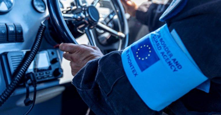 Un brassard fronts autour du bras d'un garde-frontières. Crédit : Frontex
