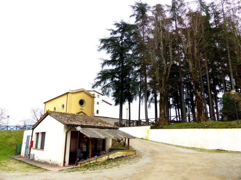 یکی از خانههای مهاجران در روستای لا بروچی که در عقب آن رستورانت اتنوس و ساختمان مرکزی قرار دارد
