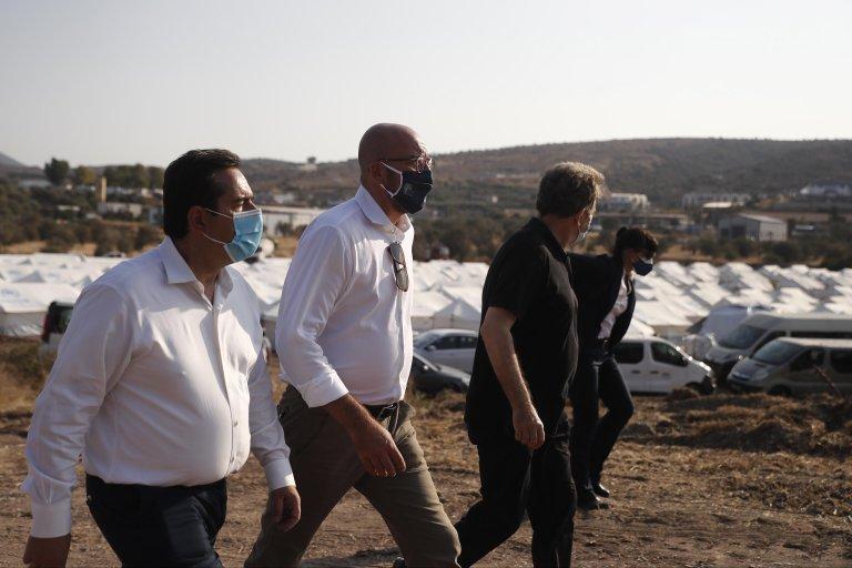 شارل ميشيل رئيس المجلس الأوروبي يرافقه ميخائيليس كريسوخويدس وزير حماية المدنيين (يمين الصورة) ونوتيس ميتاراكيس وزير الهجرة (يسارا) خلال زيارة مخيم اللاجئين في ليسبوس. المصدر: إي بي إيه / ديمتريس توسيديس.