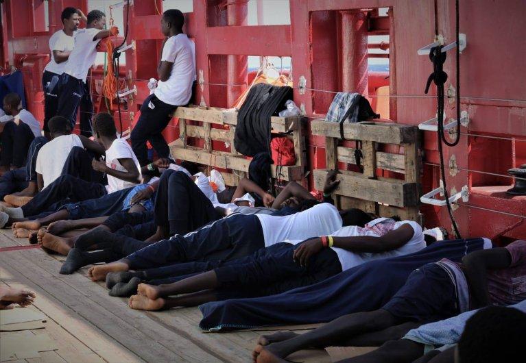 L'Ocean Viking attend en mer avec  356 personnes à bord. Crédit : SOS Méditerranée