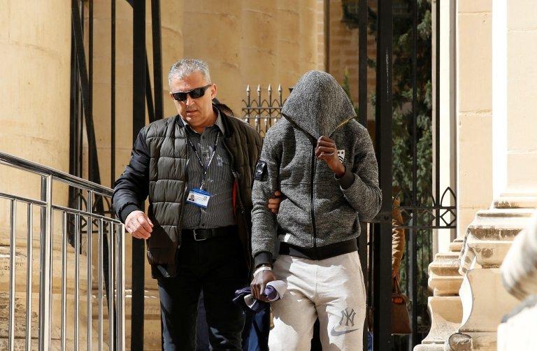 Un des jeunes migrants accusé d'avoir détourné un cargo pétrolier. Le 30 mars 2019 à Malte. Crédit : Reuters