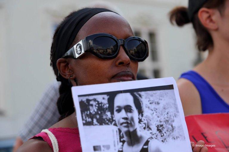 متظاهرة تحمل صورة ريتا في بوتسدام