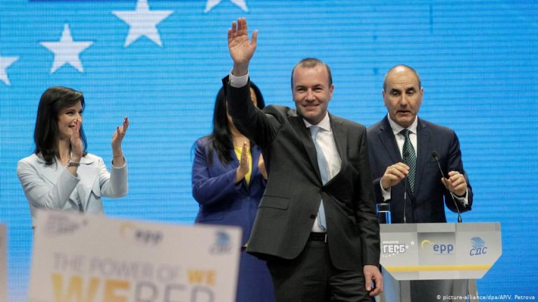 Manfred Weber waves to the crowd in Sofia, Bulgaria. | Photo: picture-alliance/dpa/AP/V. Petrova