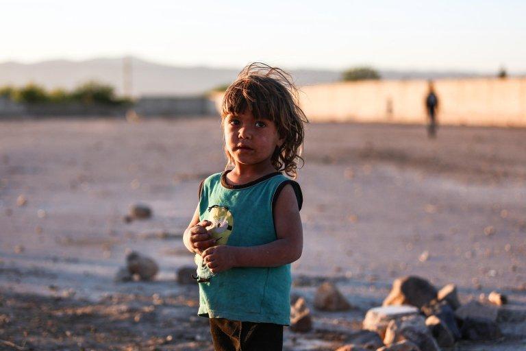 ansa / أحد الأطفال المهاجرين يقف بين المنازل المدمرة في أوتايا بمنطقة الغوطة الشرقية في سوريا. المصدر: إي بي إي - محمد بدرة.