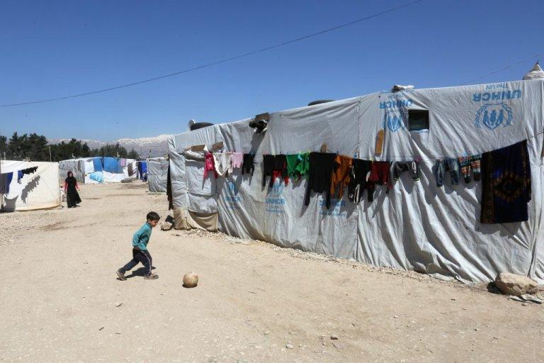 طفل سوري يلهو أمام خيمة في أحد مخيمات اللجوء في وادي البقاع اللبناني. أرشيف