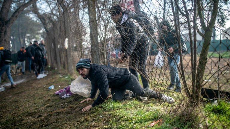 © أ ف ب |مهاجرون سوريون يحاولون عبور الحدود التركية اليونانية في 29 فبراير/شباط 2020.