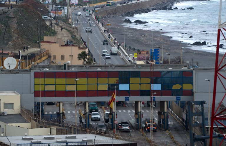 FADEL SENNA / AFP |une vue générale de la frontière entre la ville marocaine de Fnideq et la petite enclave espagnole de Ceuta. Beaucoup de migrants subsahariens cherchent à gagner l'Europe en passant par le Maroc.