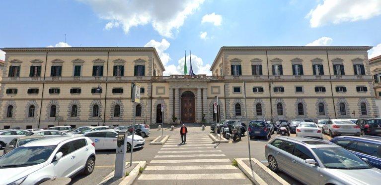 Les 13 migrants malades vont être pris en charge dans cet hôpital militaire de Rome. Crédit : Google Street View