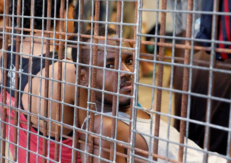 Image d'archives d'un homme en centre de rétention en Libye. Crédit : Reuters