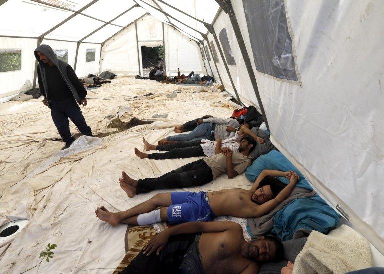 ANSA / مهاجرون مقيمون في خيمة في بيهاتش، شمال غرب البوسنة والهرسك. المصدر: إي بي إيه/ فهيم دامير.