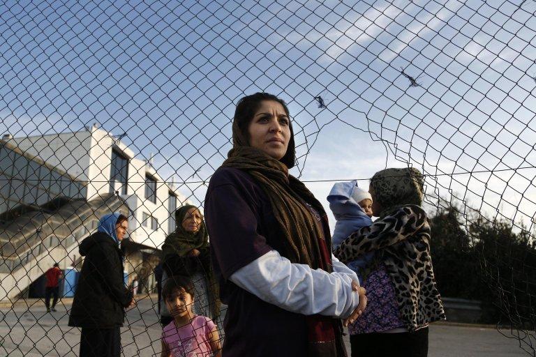 """امرأة أفغانية تشارك في مظاهرة للمطالبة بتحسين ظروف المعيشة في مخيم للاجئين في مطار هيلينيكو القديم في العاصمة اليونانية أثينا. المصدر: صورة من أرشيف """"إي بي إيه""""/ ANSA"""