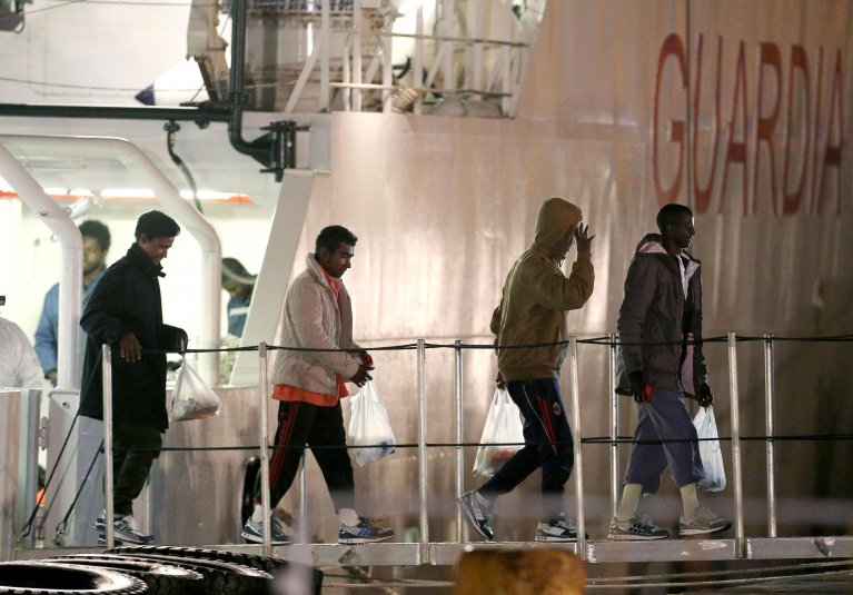 أربعة مهاجرين ينزلون من السفينة جريجوريتي. المصدر: أنسا/ أليساندرو دي ميو.
