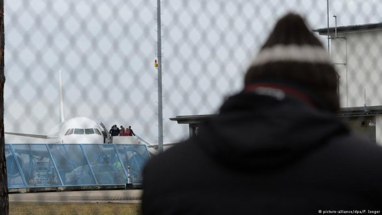 Asylum seeker at airport   Photo: Picture-alliance/dpa/P.Seeger