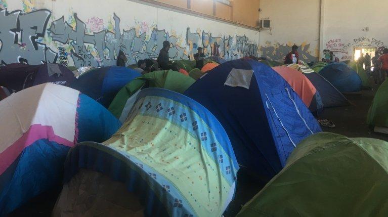 خيم مهاجرين في صالة جان بيرنارد، في نانت الفرنسية. المصدر: مهاجر نيوز